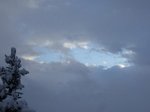 Blaues Loch im Grau
